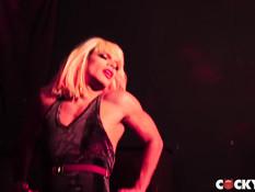 После вечеринки в гей клубе парень занимается сексом со своим другом