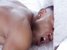 Белый парень отодрал в очко своего мускулистого темнокожего приятеля