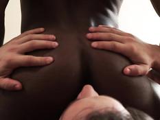 Атлетичный чёрный гей пригласил в гости белого парня и отымел в очко