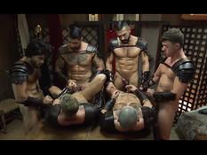 Шестеро гомосексуальных воинов спартанцев трахаются после похода