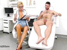 Зрелая сиськастая докторша в очках подрочила член у небритого парня