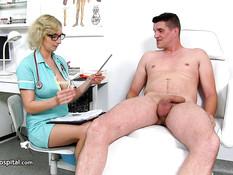 Сиськастая зрелая врачиха сделала минет и выдрочила сперму на сиськи