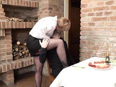 Парень зашёл на ужин к зрелой любовнице и оттрахал даму на кровати