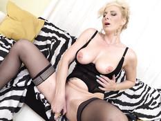 35-летняя блондинка мастурбирует побритую киску руками и вибратором