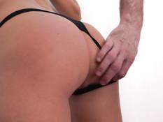 Стройная зрелая блондинка отсасывает пенис и трахается с мужчиной