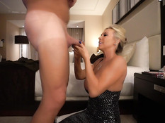 Знойная зрелая блондинка с большой грудью ебётся с мужчиной в отеле