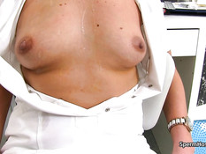 В клинике зрелая светловолосая врачиха выдрочила сперму себе на грудь