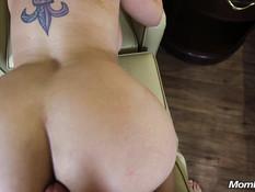 Знойная мамочка с большими титьками даёт отпердолить себя в задницу