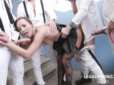 Ненасытная девчонка занимается анальным сексом с четырьмя мужчинами