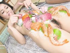 Худенькая японская подружка трахается с парнем в ванной и в комнате