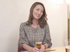 Сиськастая японская шатенка оттрахана в вагину и заполнена спермой