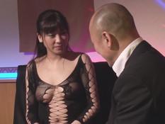 Развратная японская девка занимается сексом с парнями в ночном клубе