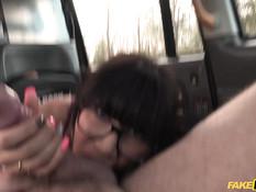 Сиськастая мексиканская девушка на обочине ебётся с водителем такси
