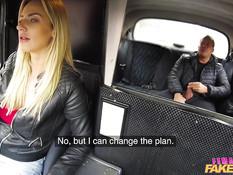 Сисястая девка водитель такси ебётся с пассажиром на заднем сиденье