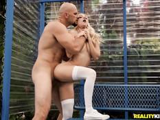 Лысый парень отодрал молодую блондинку прямо на автобусной остановке