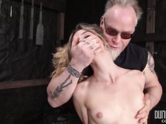 Он связал молодую американскую блондинку и отхлестал по голому телу