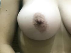 Девка с большой натуральной грудью дрочит хуй парня своими титьками