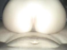 Сексуальная девка с косичками трахается с новым приятелем на кровати