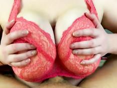 Шатенка в красном кружевном лифчике дрочит пенис большими сиськами