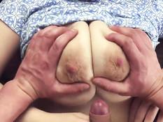 Пышногрудая брюнетка подрочила титьками и получила сперму на грудь
