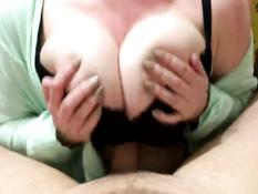 Подружка сжимает твёрдый член большими дойками и интенсивно дрочит