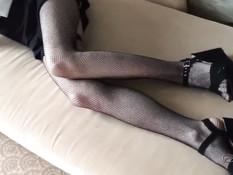 Худая русская девчонка в сетчатых чулках подрочила парню член ногами