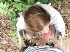 Завёл в кусты татуированную русскую блондиночку и дал отсосать член