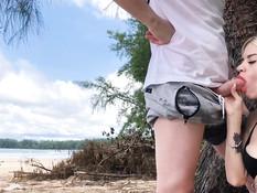 Красивая русская девушка ебётся со своим парнем на тропическом пляже