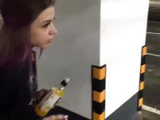 Гламурная русская девица отсасывает хуй на парковке и глотает сперму