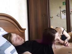 Раздел худую русскую красотку с розовыми волосами и отымел на кровати