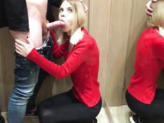 Очкастая русская блондинка отсасывает член в примерочной магазина