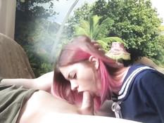 Паренёк разбудил русскую девку с розовыми волосами и оттрахал в рот