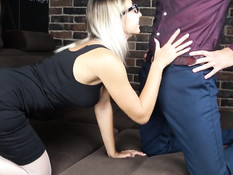 Очкастая блондинка отсасывает парню член и ебёт его в позе наездницы