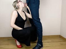 Грудастая блондинка в очках встала на корточки и высосала всю сперму