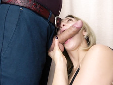 Блондинка с короткой стрижкой отсосала член и выдрочила сперму в рот