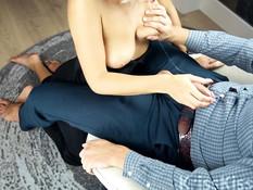 Она расстегнула молнию на брюках парня и стала жадно отсасывать член