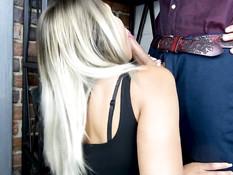 Молодая блондинка делает глубокий минет и выдрачивает сперму на язык