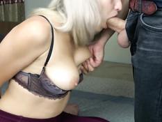 Блондинка отсосала у приятеля член и выдрочила всю сперму на дойки
