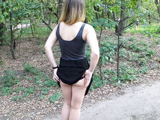 Девка сняла чёрные трусики в городском парке и дала отлизать киску