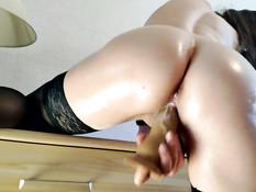 Возбуждённая русская блондиночка ебёт себя фаллосом в мокрую киску