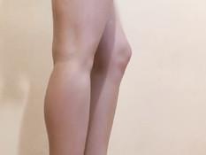 Сексуальная русская девчонка со светлыми волосами танцует стриптиз