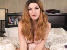 Пышногрудый транс в эротическом белье мастурбирует член на кровати