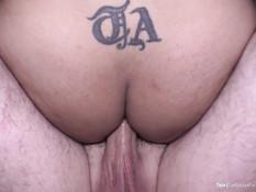 Мужчина оттрахал в задницу татуированного транса в сетчатых чулках