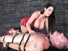 Сисястая госпожа заставляет раба сосать страпон и выдрачивает сперму