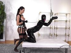 Молодая сисястая госпожа отпердолила страпоном связанного секс раба