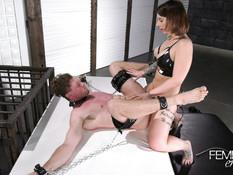 Госпожа с тату вошла в комнату и оттрахала в анал прикованного раба