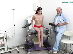 Девчонка испытала оргазм во время медицинского осмотра у гинеколога