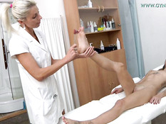 Светловолосая женщина гинеколог обследует молодую татуированную девку