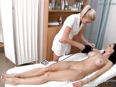 Сисястая пациентка мастурбирует вибратором на приёме у гинеколога