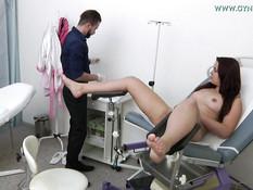 Мужчина гинеколог обследовал чешскую девушку и подрочил у неё клитор